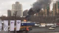 В районе МКАД вспыхнули гаражи: видео очевидца