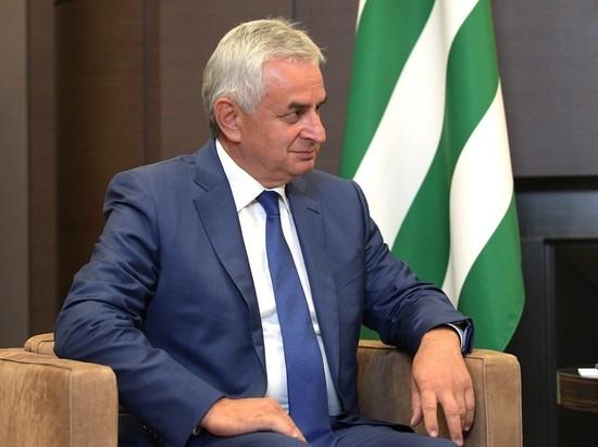 Глава Абхазии объявил об отставке после прилета Суркова