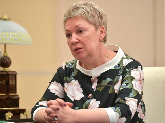 Пообещала российским педагогам достойную зарплату за одну ставку