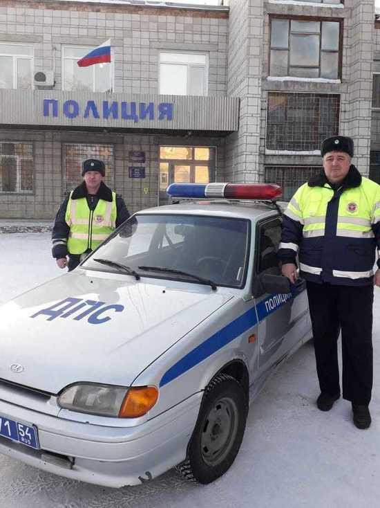 В Новосибирской области экипаж ДПС помог посадить вертолет на дороге