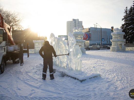 «Праздники закончились»: в Барнауле демонтируют снежный городок на площади Сахарова