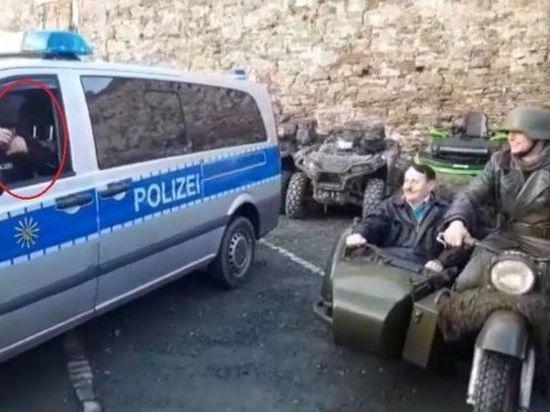 На байкерской встрече в Саксонии «двойник» Гитлера паркуется рядом с полицией