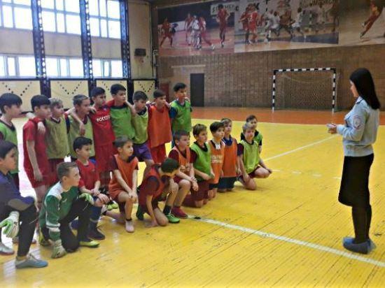 Юным серпуховским футболистам и танцорам напомнили о безопасном поведении на дороге