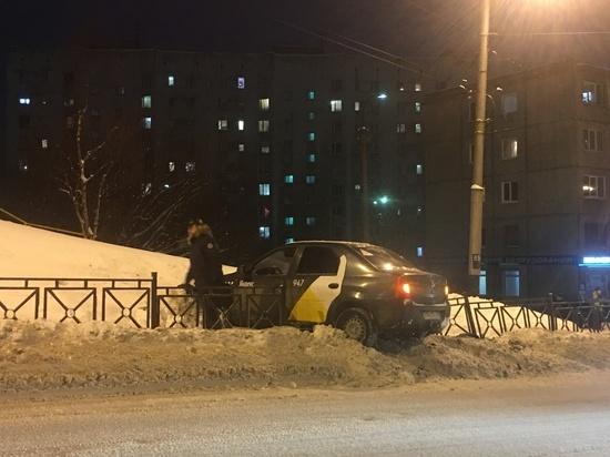 На оживленном проспекте Кирова автомобиль вылетел на тротуар