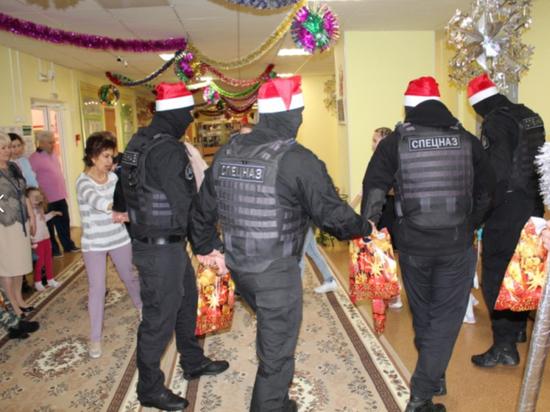 Спецназовцы в балаклавах поздравили детдомовцев с Новым годом