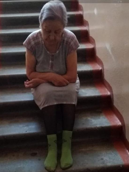 Алтайский следком выясняет, почему 80-летняя бийчанка живет в подъезде