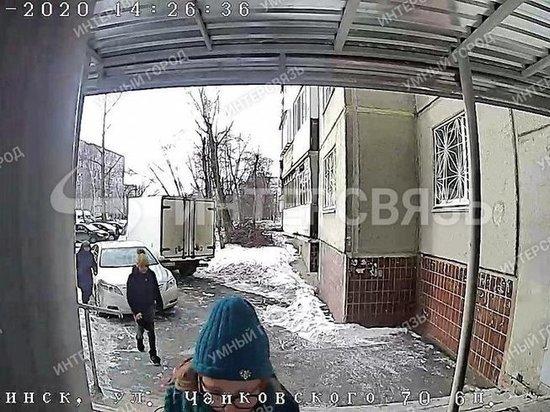 Неизвестные женщины ворвались в квартиру на северо-западе вслед за ребенком