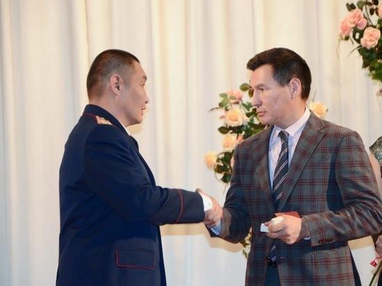 Глава Калмыкии поздравил сотрудников следкома с профессиональным праздником