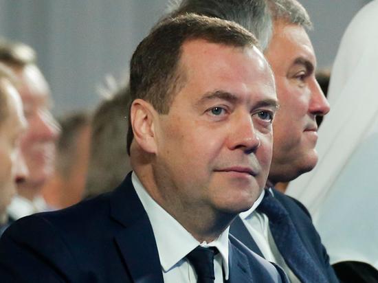 Медведев и все правительство подало в отставку