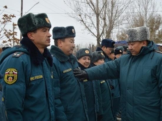 По форме: в МЧС Калмыкии прошлись по внешнему виду сотрудников