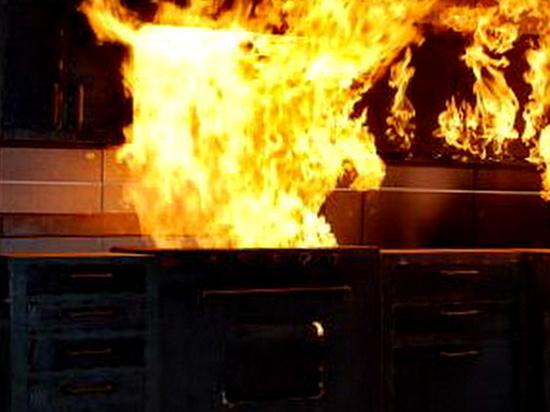 В ночном пожаре сгорел большой частный дом