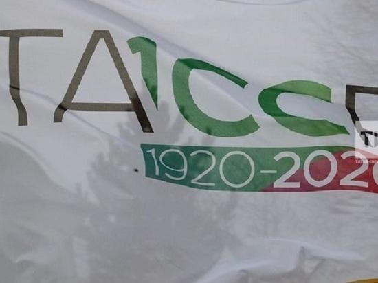 Над Казанским Кремлём установили флаг столетия образования ТАССР