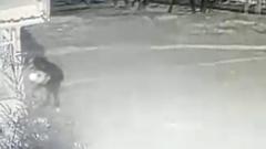 В Кузбассе мужчина подбросил младенца в больницу и попал на видео