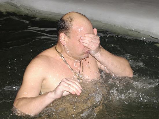 Ученые выснили, опасно ли купаться в проруби при оттепели