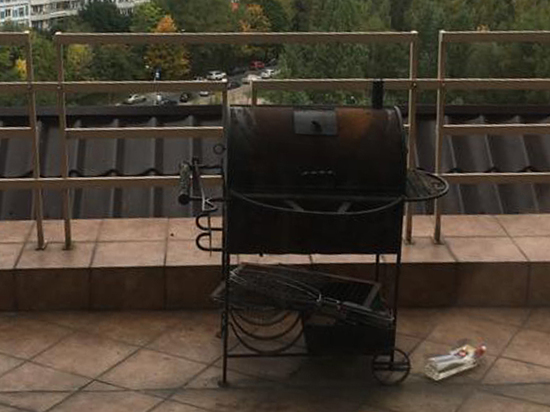Семья москвичей жарила шашлык над головами соседей