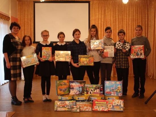 Сотрудники Калугаэнерго в рамках акции «Самая яркая елка» поздравили воспитанников трех детских домов и интернатов