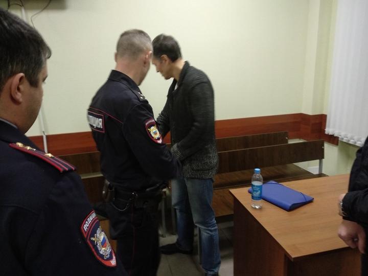 Смирился с судьбой: Максима Литвинова привезли в суд из-за решетки