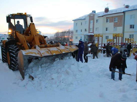Детскую площадку на Павлова расчистили мэр Салехарда и депутаты