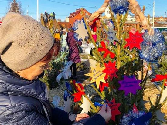 Восемьдесят дизайнерских ёлок было представлено на фестивале-конкурсе «Ёлки-палки» в Серпухове