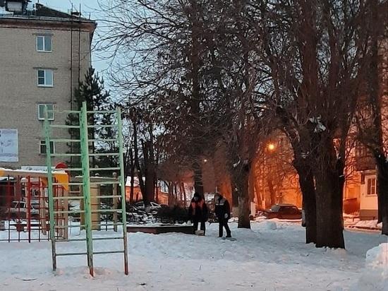 Новомосковские дворники посыпают дорожки из  детских песочниц