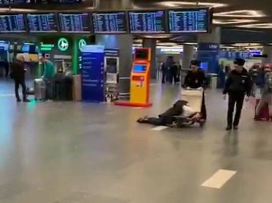 В аэропорту Внуково полицейские провезли задержанного чиновника в тележке