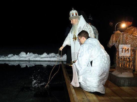 В Раифском Богородицком мужском монастыре состоялась торжественная служба, освятили воду и начались крещенские купания.