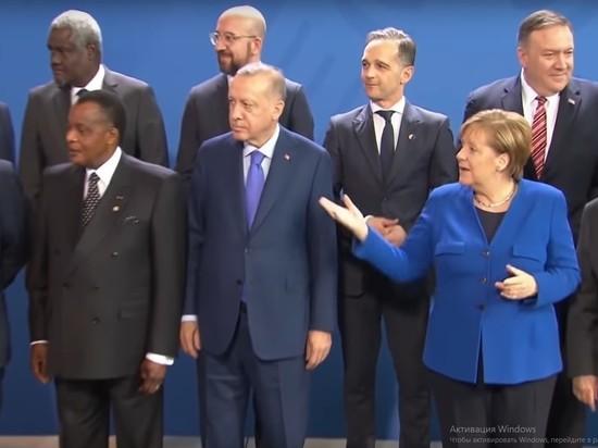 """На церемонии фотографирования в Берлине Макрон и Меркель """"потеряли"""" Путина"""