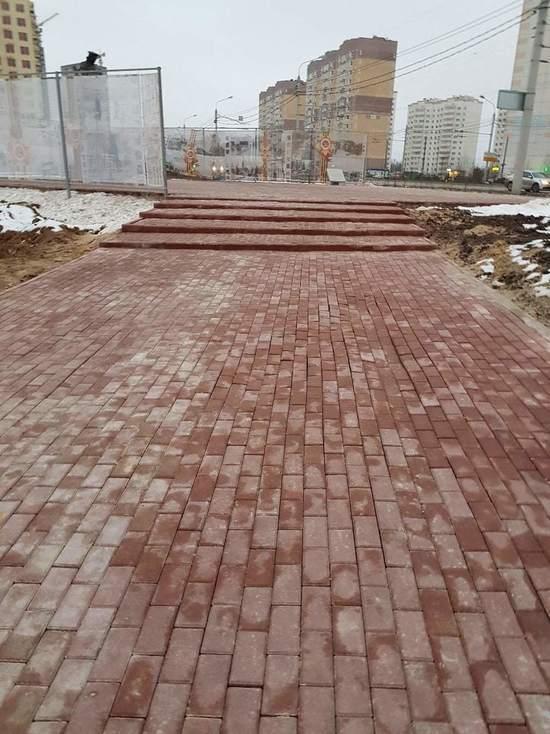 Плитку к памятнику освободителю Краснопивцеву в Калуге уложили волнами