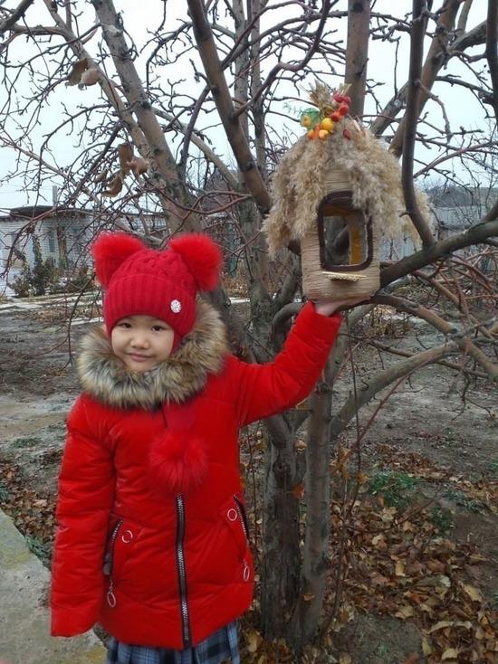 Калмыцкие дети покормили птиц из креативных кормушек