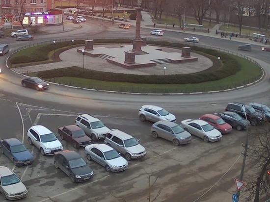 Стихийная парковка возникла на площади Победы в Пскове