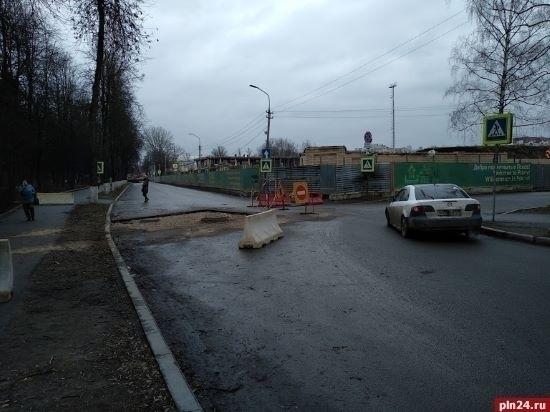 Жители псковской тихой улицы стали жертвой дорожного ремонта