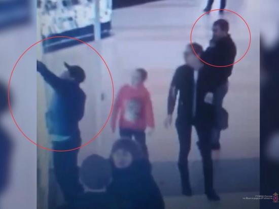 В Волгограде ищут трех мужчин, укравших мобильники из салона связи