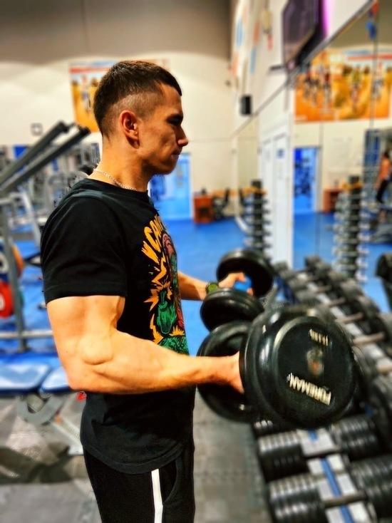 Фитнес-фрик: спортсмен из Ноябрьска выполняет упражнения, шокирующие публику