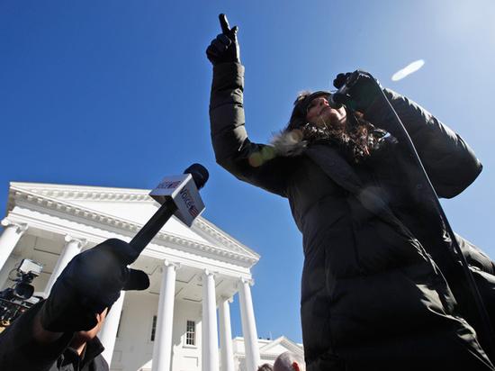 «Такова участь тиранов»: за что губернатора Вирджинии обвиняют в деспотизме