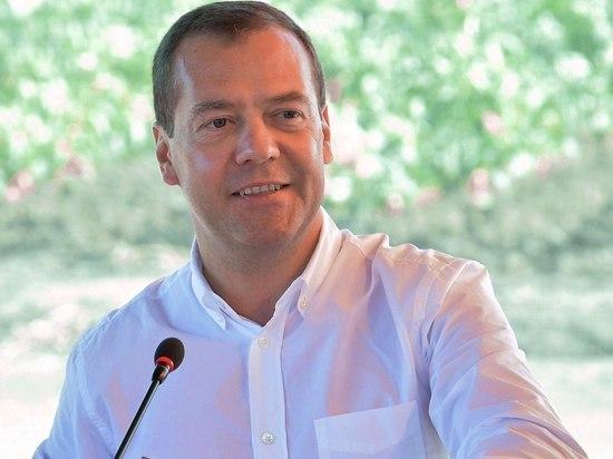 Медведев поздравил новый кабмин с началом работы, пожелав эффективности