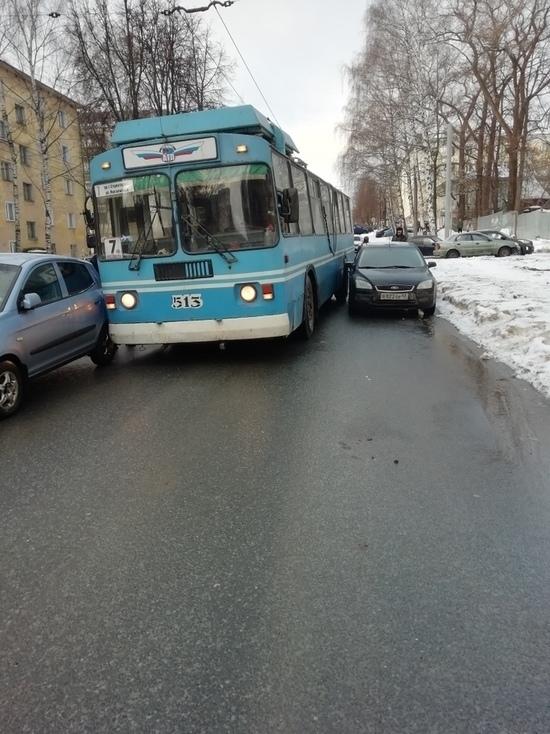 В Кирове троллейбус застрял между машинами