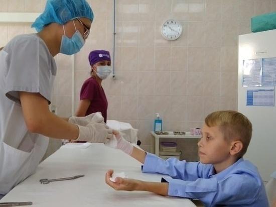 После сложнейшей операции на обеих кистях, мальчик смог продолжить занятия музыкой