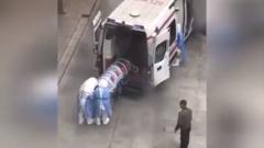Госпитализация больного, заразившегося коронавирусом в Китае, попала на видео