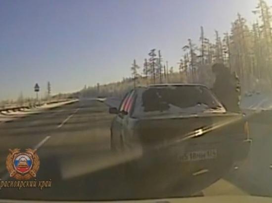 На трассе в Красноярском крае лихач без прав устроил погоню с ДПС