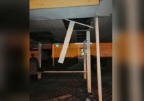 В Воронеже на голову женщины рухнула крыша остановки