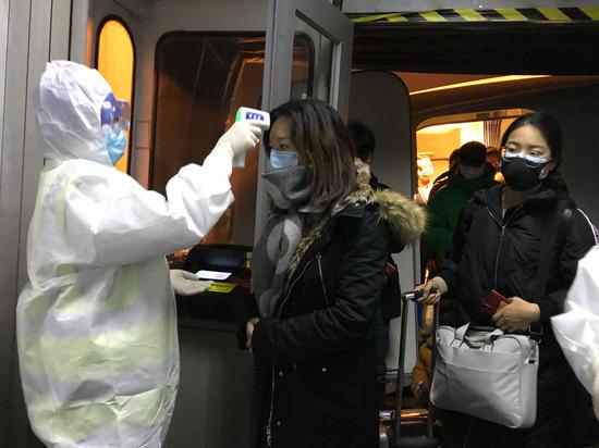 Сотрудники  аэропортов рассказали как проверяют пассажиров на коронавирус
