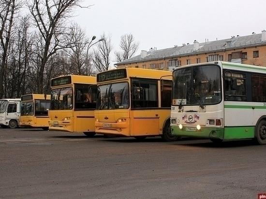 Автобусы ходят все реже и реже, жалуются псковичи