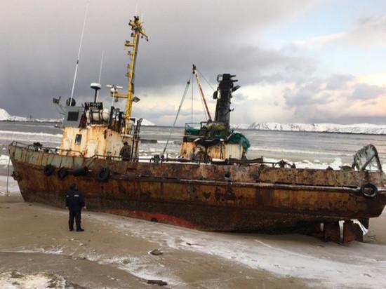 Два судна оказались на берегу Териберки после шторма