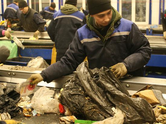 Московский мусор вручную сортируют жители регионов: «Осмысленная работа»