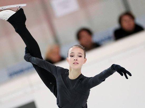 Анна Щербакова успешно выполнила короткую программу на ЧЕ по фигурному катанию