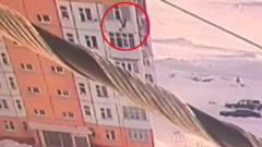 В Югре девушка упала с девятого этажа, встала и пошла дальше
