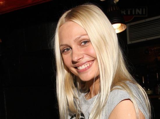Актриса Наталья Рудова проплыла голой перед фотокамерой