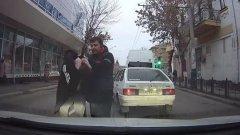 В Астрахани водитель маршрутки избил молодого человека прямо на дороге