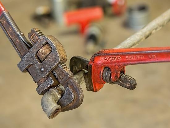 В Надыме сотрудники аварийки «отремонтировали» трубу тряпкой