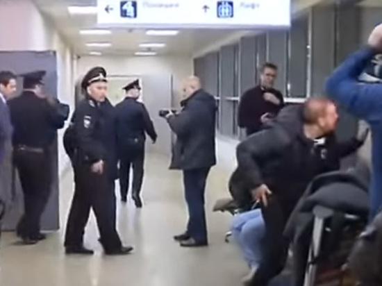 Детей, оставленных отцом в Шереметьево, собрались отдать «непростой» матери